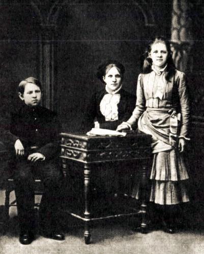 Анна Григорьевна с детьми