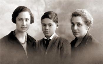 Андрей Блум с матерью Ксенией Блум и бабушкой Ольгой Скрябиной. 1923