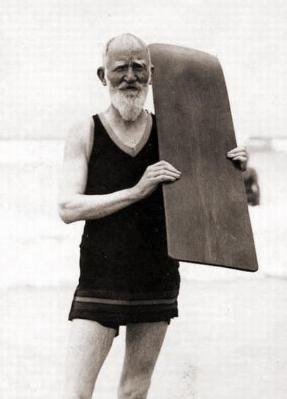 Бернард Шоу с доской для серфинга