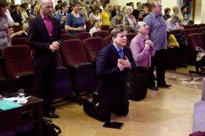 Христиане Веры Евангельской на проповеди «пастора» Эдуарда