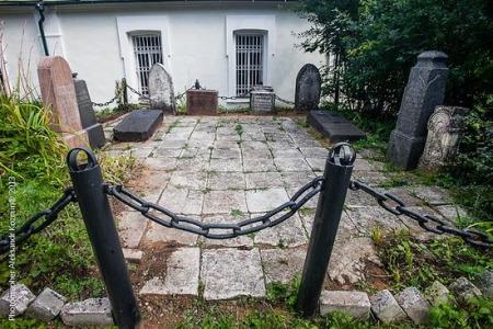Надгробия из черного гранита — Сергея Рачинского и Марии Толстой