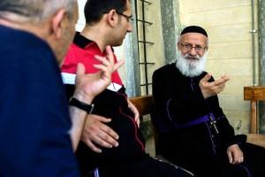 Иосиф аль Банна беседует с другими беженцами из Мосула