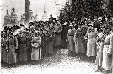 Киев 1917. III Украинский военный съезд. Михновский стоит на ступеньку ниже Петлюры и Грушевского