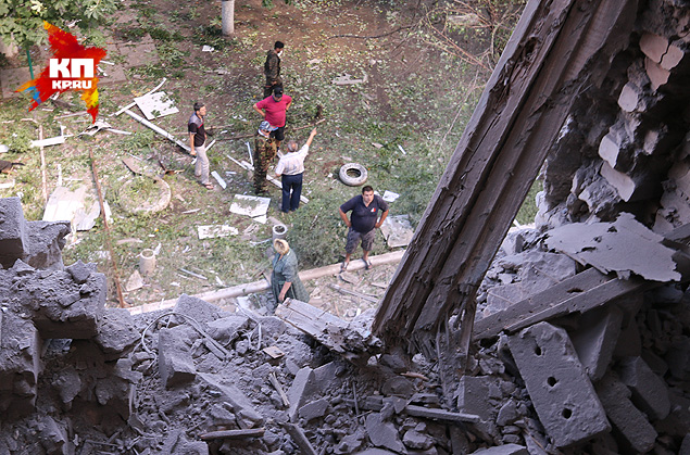 Жители Славянска осматривают разрушения