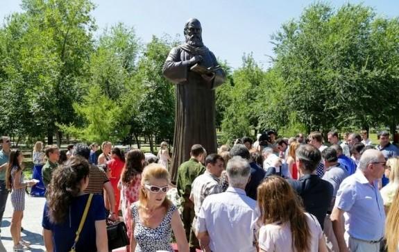 Памятник Омару Хайяму в Астрахани