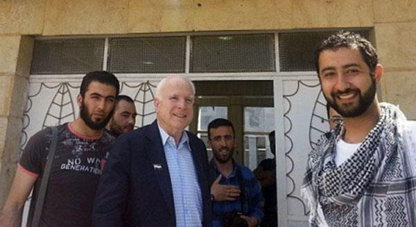 Американский сенатор Маккейн с главарями ИГИЛ