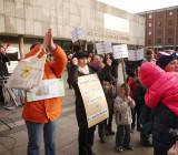 На плакате в центре: Остановите принуждение к сексу на уроке в начальной школе!