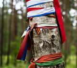 На дереве ленточки с флагами разных стран