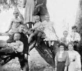 С семьей. Михаил (полулежит слева) любил бывать на даче