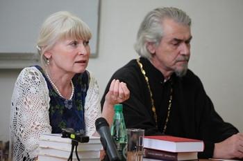 Олеся Николаева и протоиерей Владимир Вигилянский. Фото Юлии Ракиной
