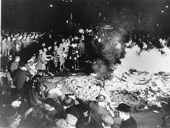 1933 год. Сожжение книг нацистами в Берлине