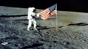 Развевающийся флаг на Луне