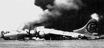 Подбитый американский бомбардировщик B-29