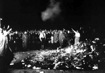 Фашисты жгут книги