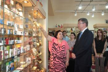 Посол России в Азербайджане Владимир Дорохин знакомится с уникальной коллекцией
