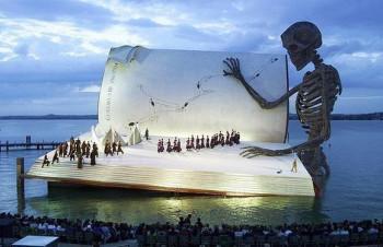 На фото — опера «Бал-маскарад» на озере Констанц, Австрия
