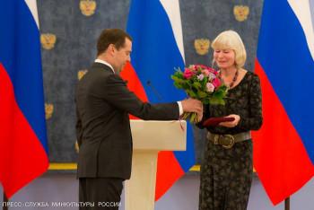 Дмитрий Медведев вручает премию Олесе Николаевой