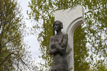 Памятник Ольге Берггольц в Санкт-Петербурге