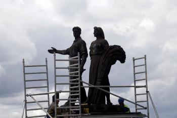 Подготовка к демонтажу памятника советского времени в Вильнюсе, 20 июля 2015 г. Фото: REUTERS/Ints Kalnins