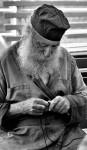 Афонский монах плетет четки